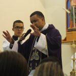 Jovens recebem a benção de envio para a Via Sacra
