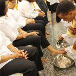 Padre Carlos celebra Missa de Lava pés