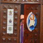 Fiéis atravessam a Porta Santa da Misericórdia, em Osasco