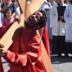 Fiéis vivenciam os passos de Jesus até o calvário com a Via Sacra encenada